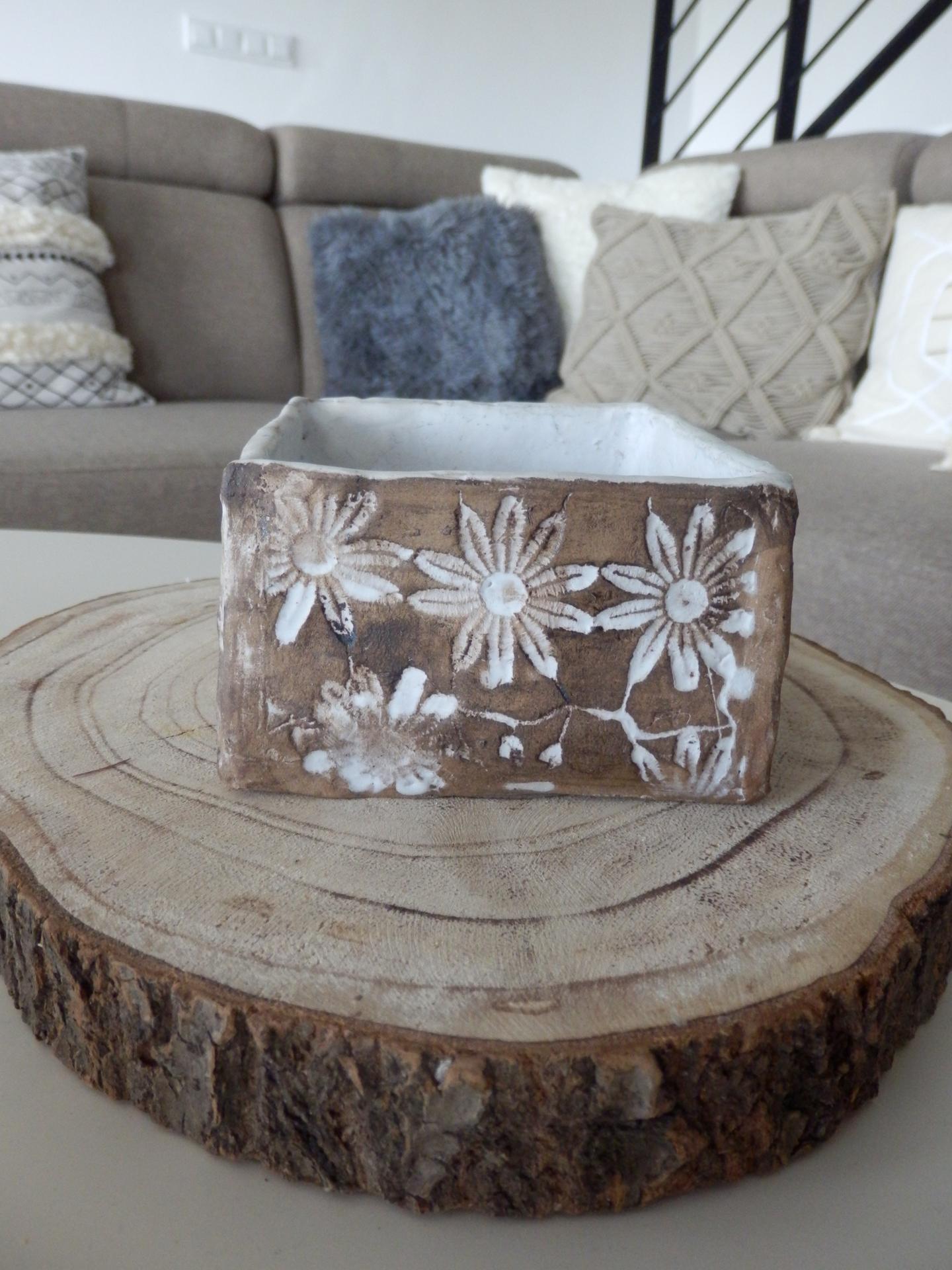 Tvoření je radost - Hranatá mistička z keramické hlíny, krajka, glazura.