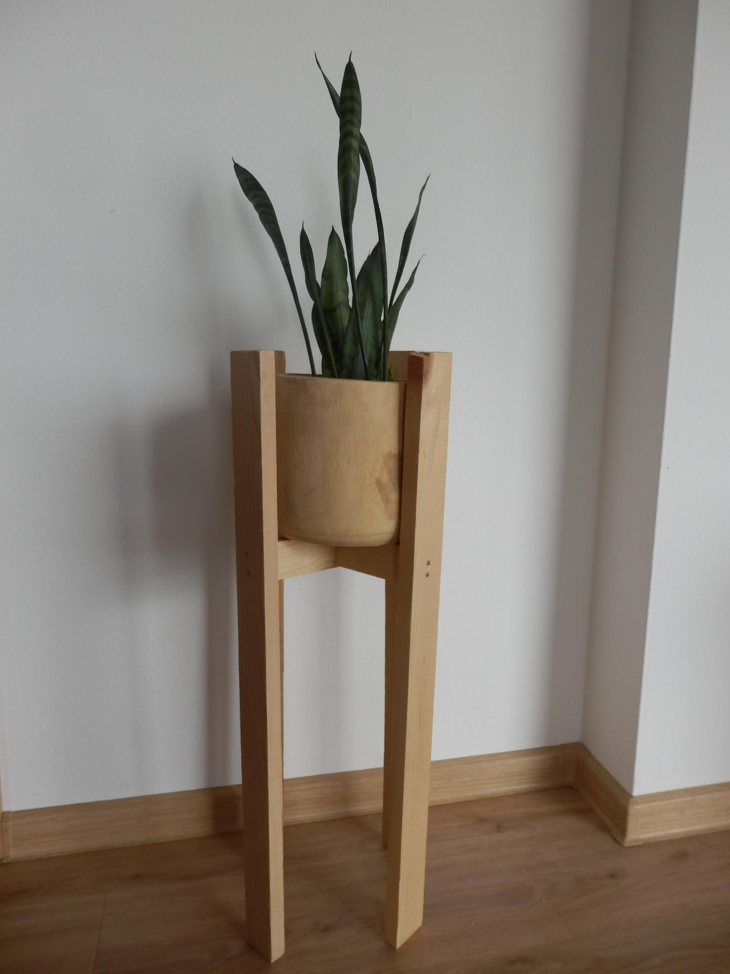 Tvoření je radost - Stojan na květináč stlučený ze zbytkových latí. Květináč koupený.