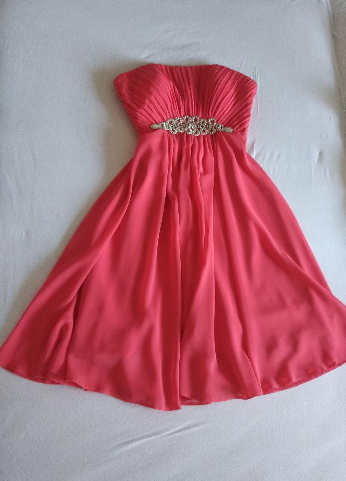 Krátke spoločenské šaty v korálovej farbe - Obrázek č. 1