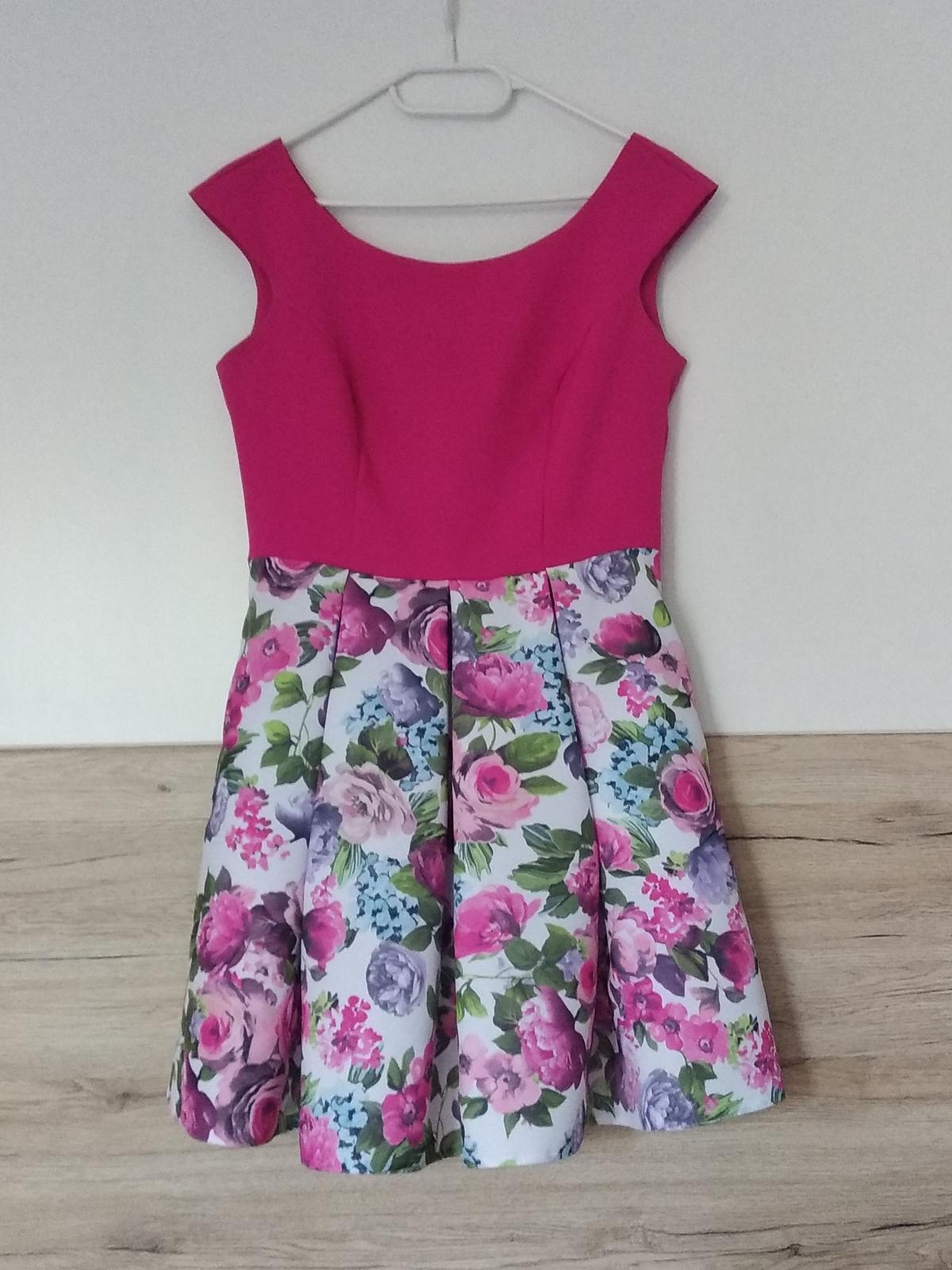 Krátke cyklámenové šaty s bohatou kvetovanou sukňou - Obrázok č. 3