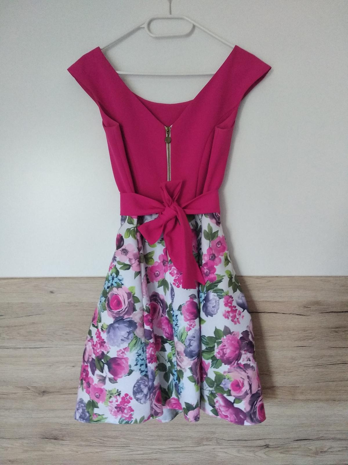 Krátke cyklámenové šaty s bohatou kvetovanou sukňou - Obrázok č. 2