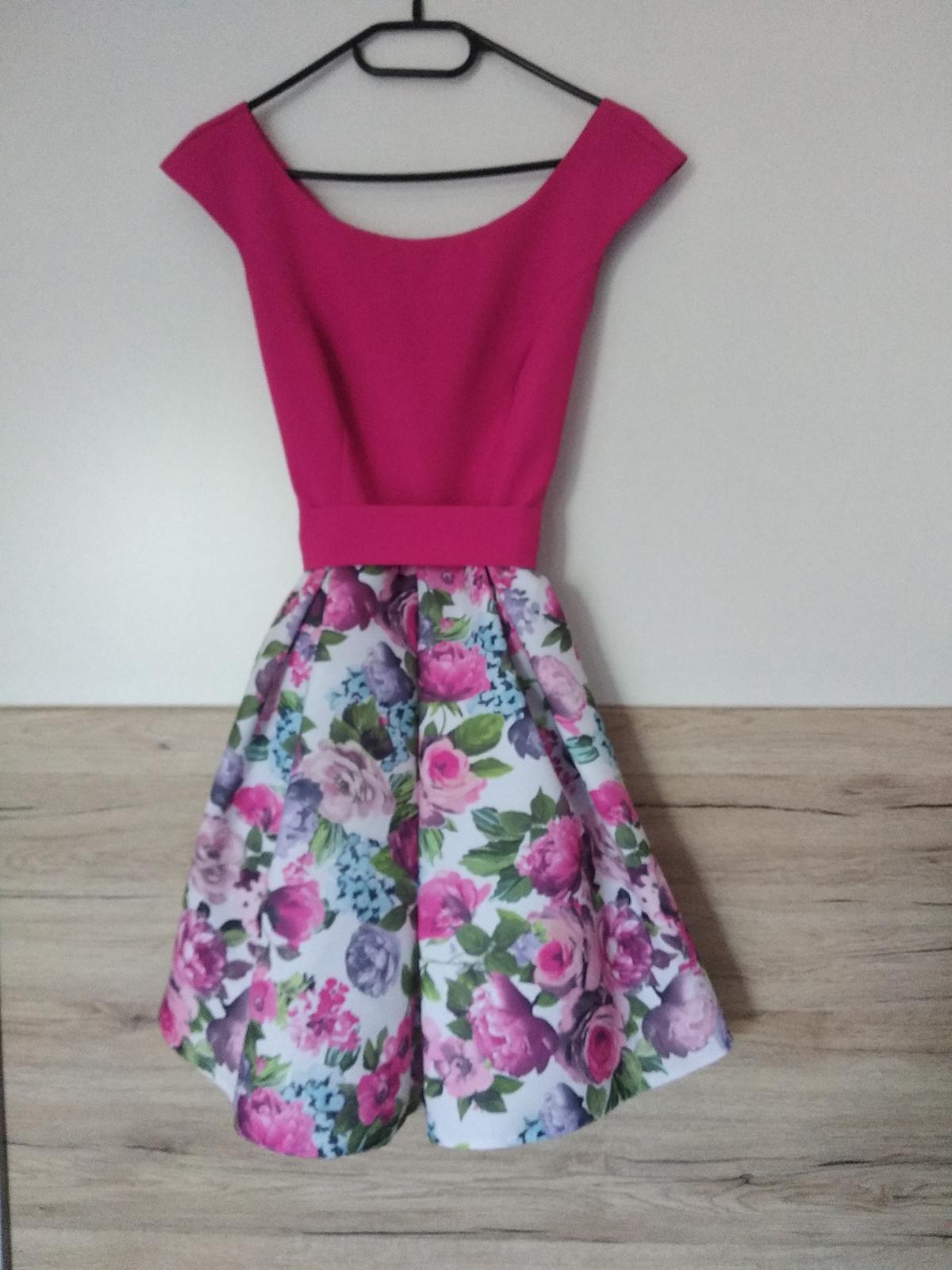 Krátke cyklámenové šaty s bohatou kvetovanou sukňou - Obrázok č. 1