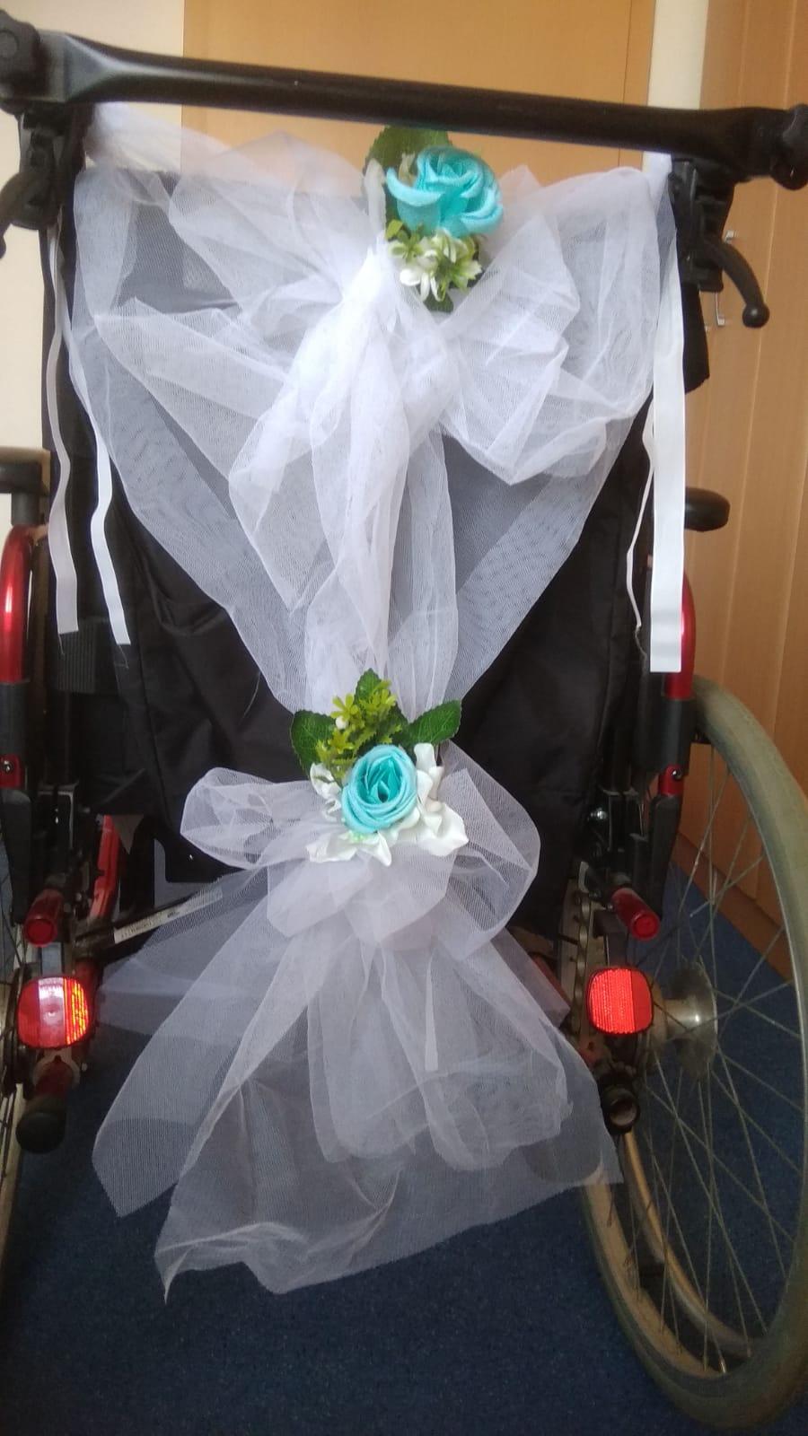 Zdobit se má všechno, tedy i můj vozík a berle. Třeba takto: - Obrázek č. 1