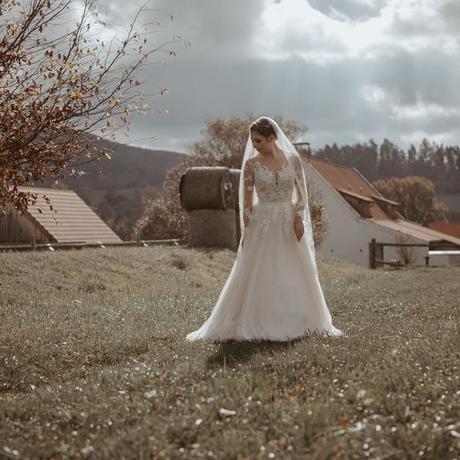 Svatební šaty s dlouhým rukávem - Obrázek č. 2