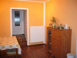 jedáleň je súčasťou kuchyne, alebo naopak :)