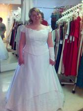 ...a přece nějakou fotečku mám, ale jen z mobilu, omlouvám se za kvalitu - to jsem já na zkoušce šatů ... tyhle to samozřejmě vyhrály :-)