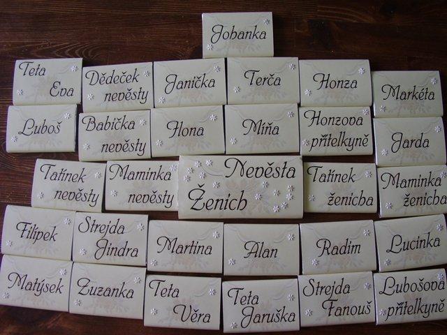 Takhle jsem si vyhrála se jmenovkama na stůl, jsou to malé čokoládičky, takže mám pro všechny svatebčany i dárek, díky za nápad uživatelkám beremese.cz