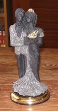 Tyhle postavičky z lávového kamene jsme dostali jako dárek od tatínka z lázní, škoda, že mi neladí na dortík, tak budou aspoň stát na svatebním stole... :-)