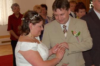 Zato na ženichovu ruku vklouzl pěkně, jako by tam patřil pořád :-)