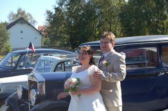 Měli jsme štěstí, v okolí restaurace byl v náš svatební den sraz veteránů, takže jsme svatební album oživili fotečkami s autíčky :-)