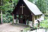 misto obradu- kaple uprostred lesa