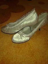 .... moje krásne svadobné topánočky už došli a sú pohodlné a hlavne na nízkom opätku:)...