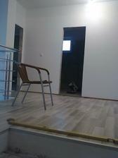 pohľad zo schodov na kúpeľňu a vľavo hosťovská
