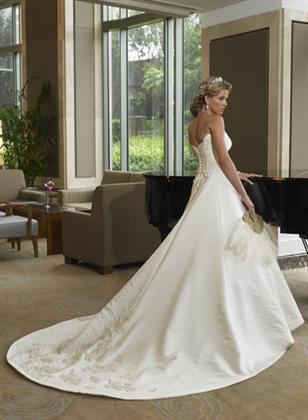 Skúšanie svadobných šiat - Balenciaga zozadu z katalogu