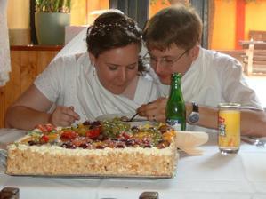 Jsem krmena :-) (Před námi druhý dort.)