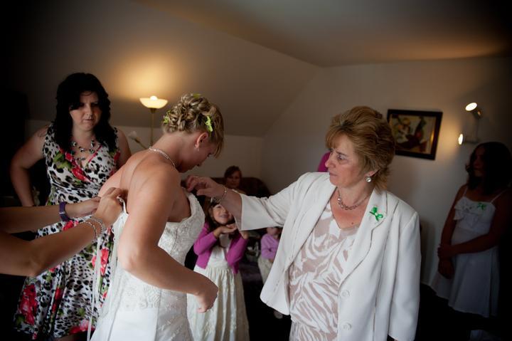 Katka{{_AND_}}David - Oblékání nevěsty = veřejná událost :-) Schválně, kdo spočítá, kolik lidí je v místnosti?