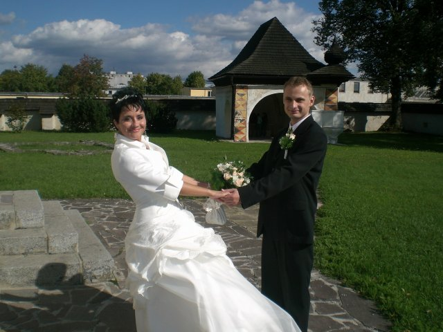 Zuzana B.{{_AND_}}Jozef R. - Pred kostolom02