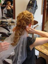 a teď: účes 2 od profikadeřnice, 1,5 hod práce včetně umytí vlasů, cena 400 Kč