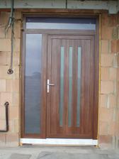 vchodové dvere sú ako jediné v obojstrannej laminácií (siena rosso), okná sú z vnútra biele