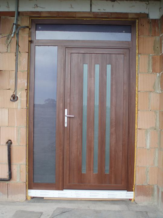 Náš domček - vchodové dvere sú ako jediné v obojstrannej laminácií (siena rosso), okná sú z vnútra biele