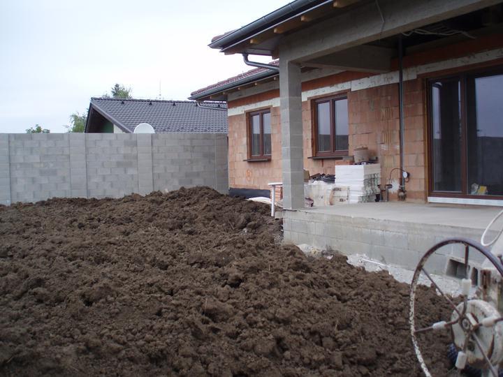 Náš domček - Navyšovali sme terén