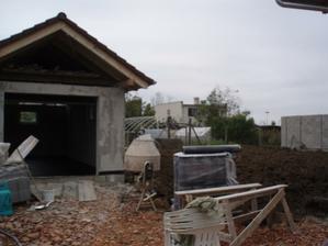 garáž omietnutá už aj zvonka