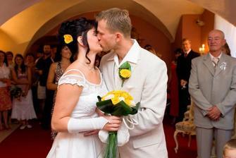 Profi - první manželský polibek