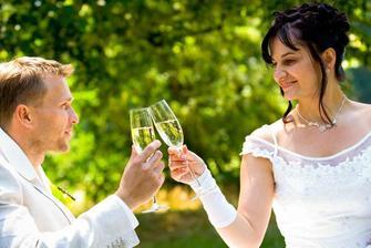 Focení venku jsme si v pohodové a veselé atmosféře skvěle užili na dece s jahodama a šampaňským