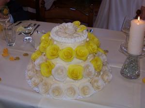 Krásný dortík, sice měl mít vrchní řadu růží smetanovou, ale i tak se povedl a byl moc dobrý