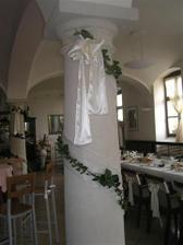 vyzdoba sala stlpy