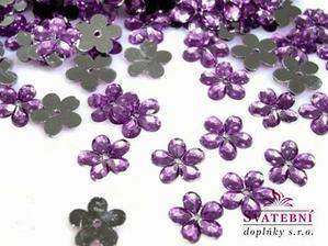 malé kytičky v barvě lila