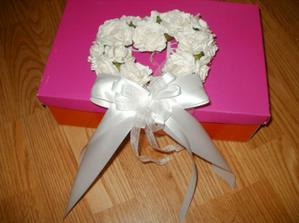 věneček z krémových růžiček s mašlí na vchodové dveře či branku :)
