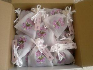 dárečky pro hosty na svatební stůl - fialková mýdla z LaNatury v organzovém sáčku s fialkovou levandulí a našimi iniciály na fialkovo metalickém papíře