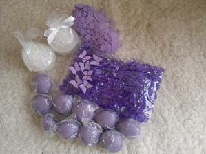 fialkové krémové doplňky -svíčky ve tvaru dortu, motýlci, plovoucí svíčky, stuha dekorativní a kameny :)