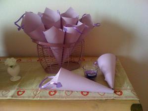 vyrobené kornoutky na okvětní živé lístky z růží na házení :)