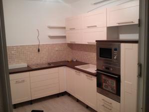 Prvý pohľad do skoro hotovej kuchyne :) ešte treba nahodiť digestor, bateriu, cokliky, poličky, uchytky a te to hotovo ...