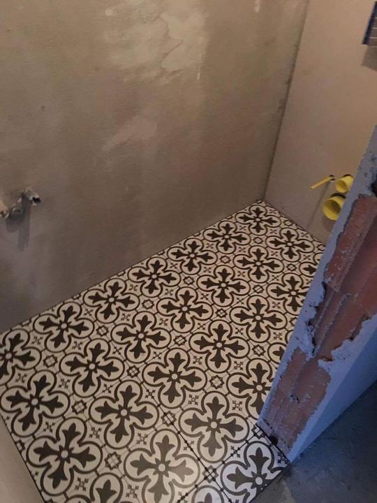 Zaciname konecne obkladat..hostovske wc