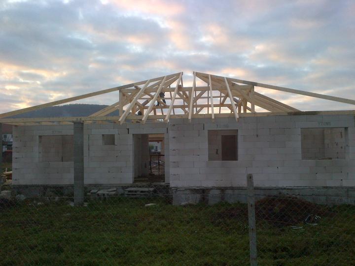Náš nový domček - Po dlhom čakaní pokračujeme so strechou