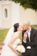 Naša prvá pusinka v svadobný deň... nechutila mi... :)