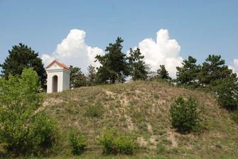kaplička na kopci nad vinařstvím