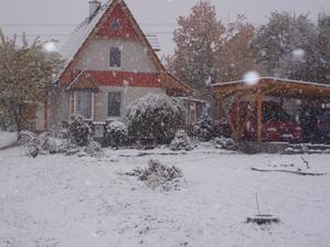 aj pristresok na auta pribudol a aj skalka pred domom sa rozraslta, žial dnes ju zasnezilo :)