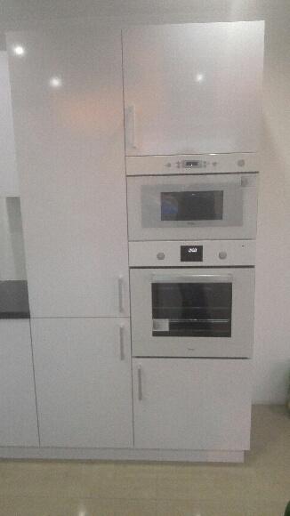 Kuchyňa :) - rúra a mikrovlnka na svojom mieste :)