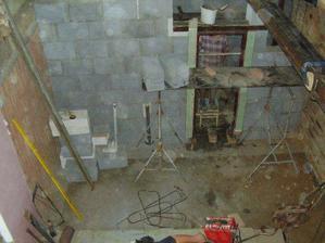 Tak tady bude kuchyň.. vlevo linka do L a vpravo budou schody, vzadu pokojík