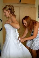 do šatů mi pomáhala moje sestřička