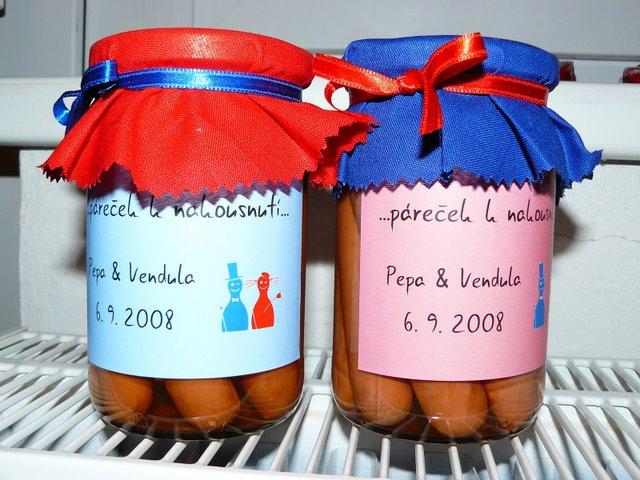 Přípravy - Vendula a Pepa 6.9.2008 - darecek pro hosty na pokojich...vinka jsme jako abstinenti zavrhli..parecky to vyhrali