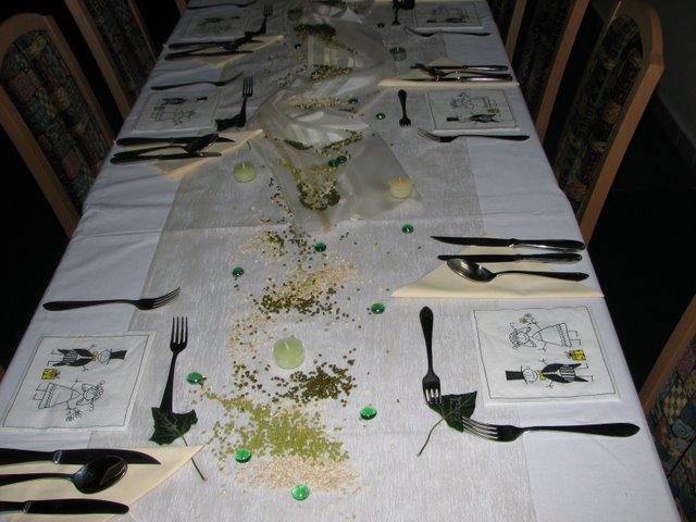 Přípravy - Vendula a Pepa 6.9.2008 - svatebni tabule bez sklenicek a zivych kvetin