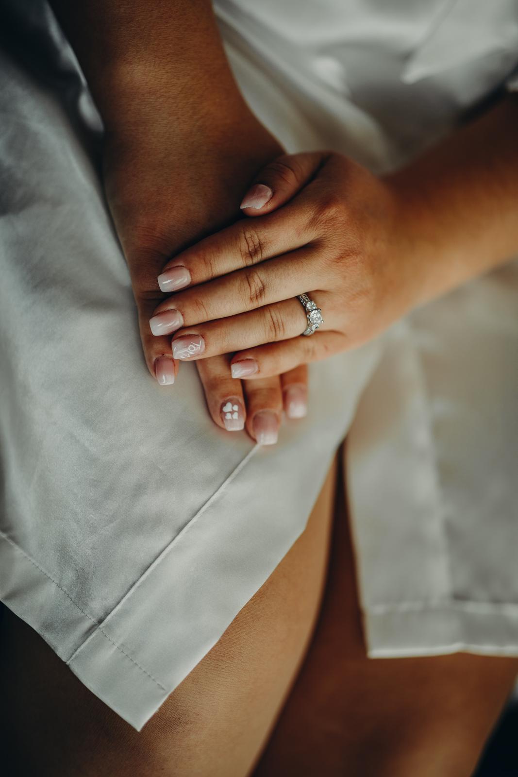 Danka{{_AND_}}Tomáš - Svadobná manikúra s menom ženícha na prstenníku ľavej ruky :-) pretože na detailoch záleží