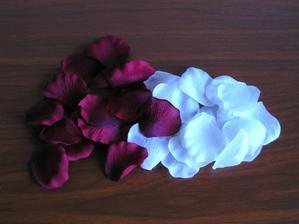 plátky růží na svatební tabuli