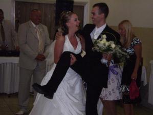 nevesta odnesie ženícha k svadobnému stolu
