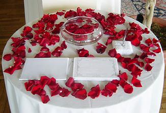 stolek s knihou svatebčanů